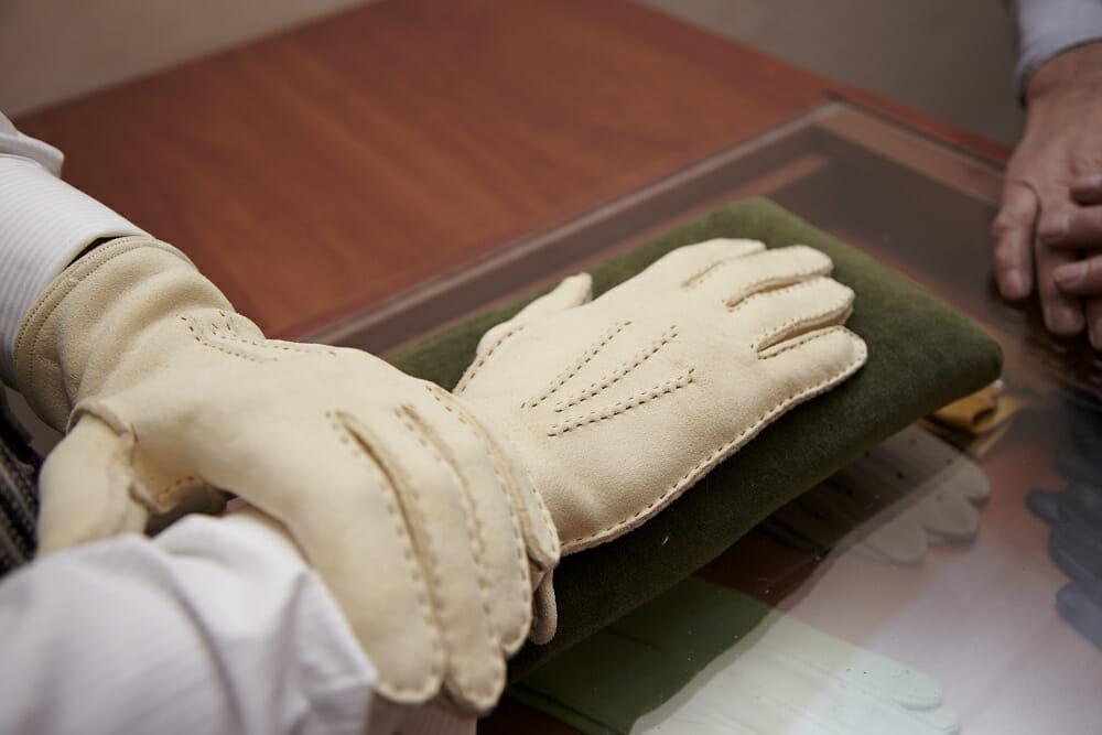 Żółte rękawiczki irchowe. Czesław Jamroziński