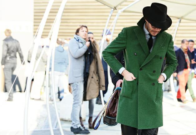 Fedora i zielony płaszcz