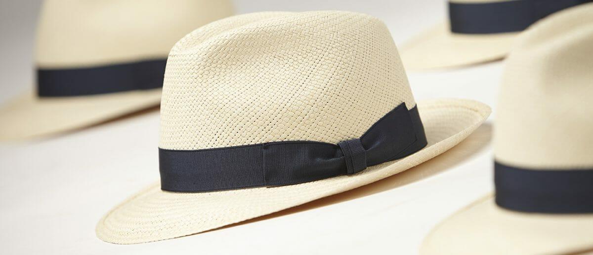 kapelusze w kremowym kolorze z czarnym pasem