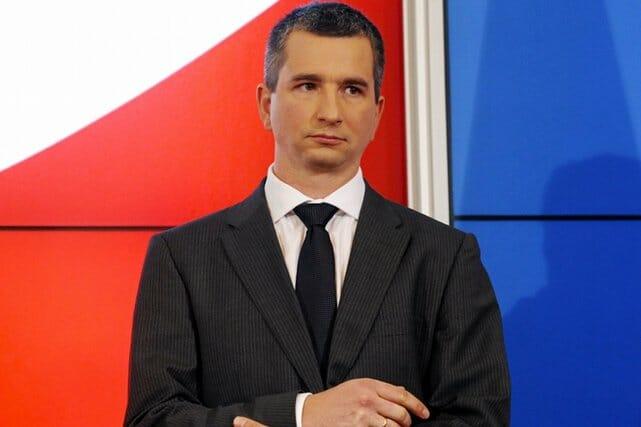 Nowy minster finanansów Mateusz Szczurek wygląda niekorzystnie z grubaśnym windsorem pod szyją