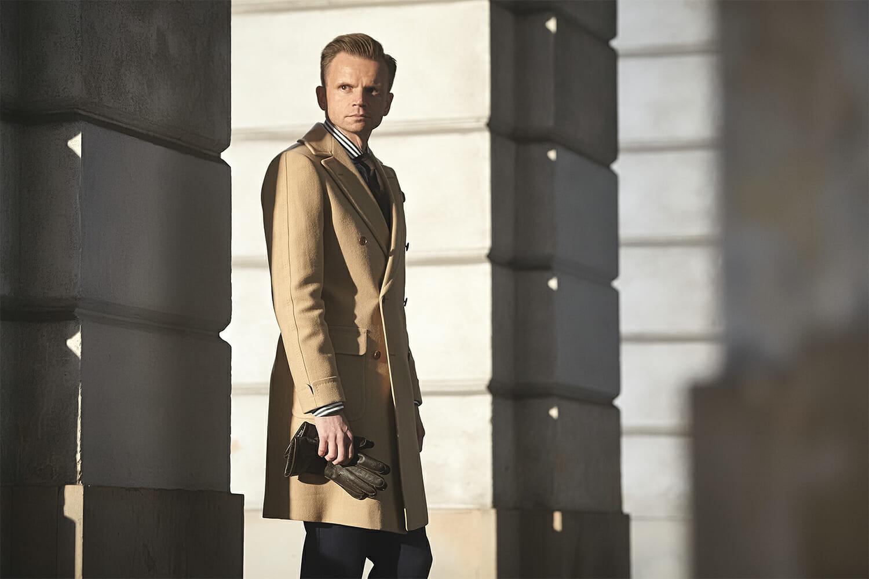 Model w płaszczu polo