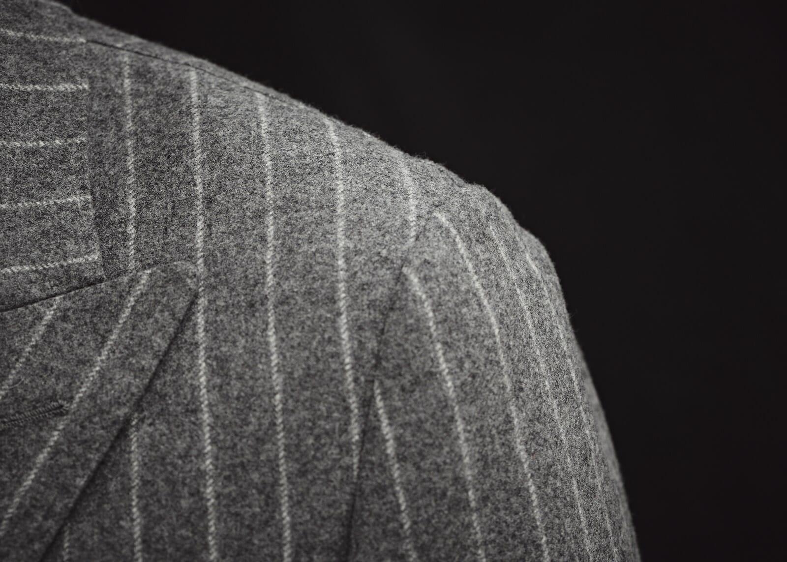 Szary garnitur dwurzędowy w prążki
