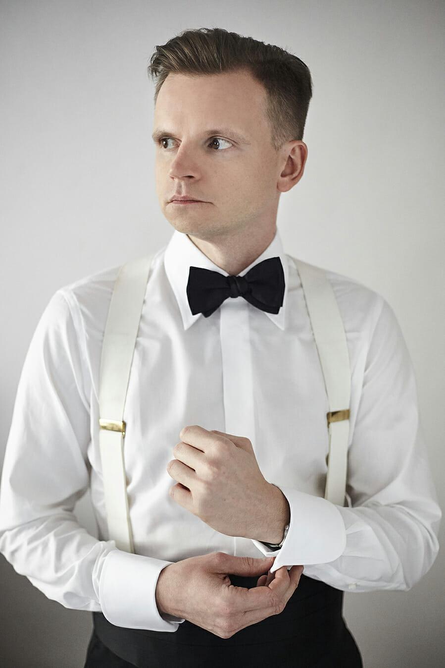 Roman Zaczkiewicz w koszuli smokingowej z krytą plisą