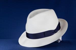 biały kapelusz granatowa wstążka