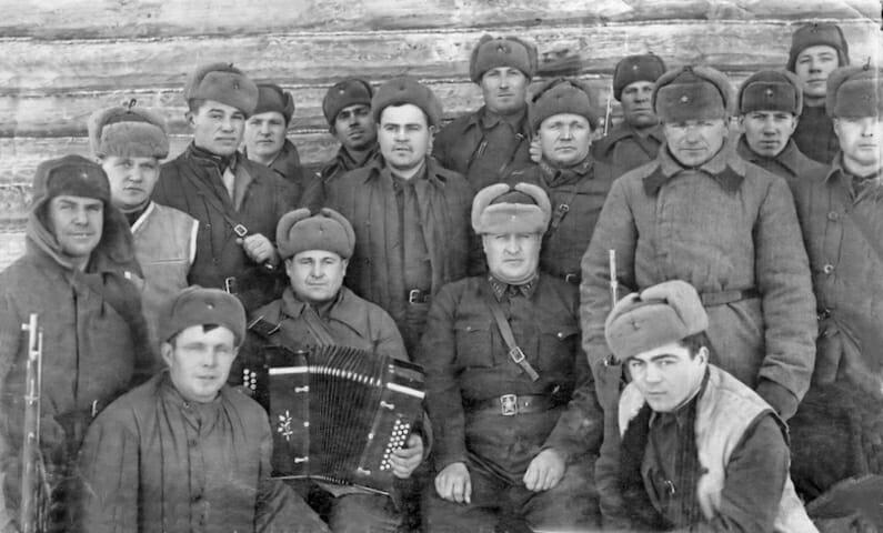 Żołnierze w tiełogriejkach. Oficer pośrodku w gimnastiorce starego typu