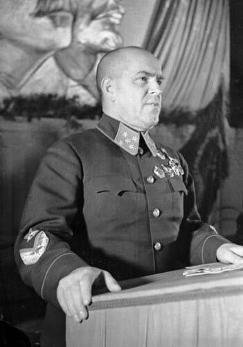 Marszałek Żukow w starszym modelu kitla, 1941