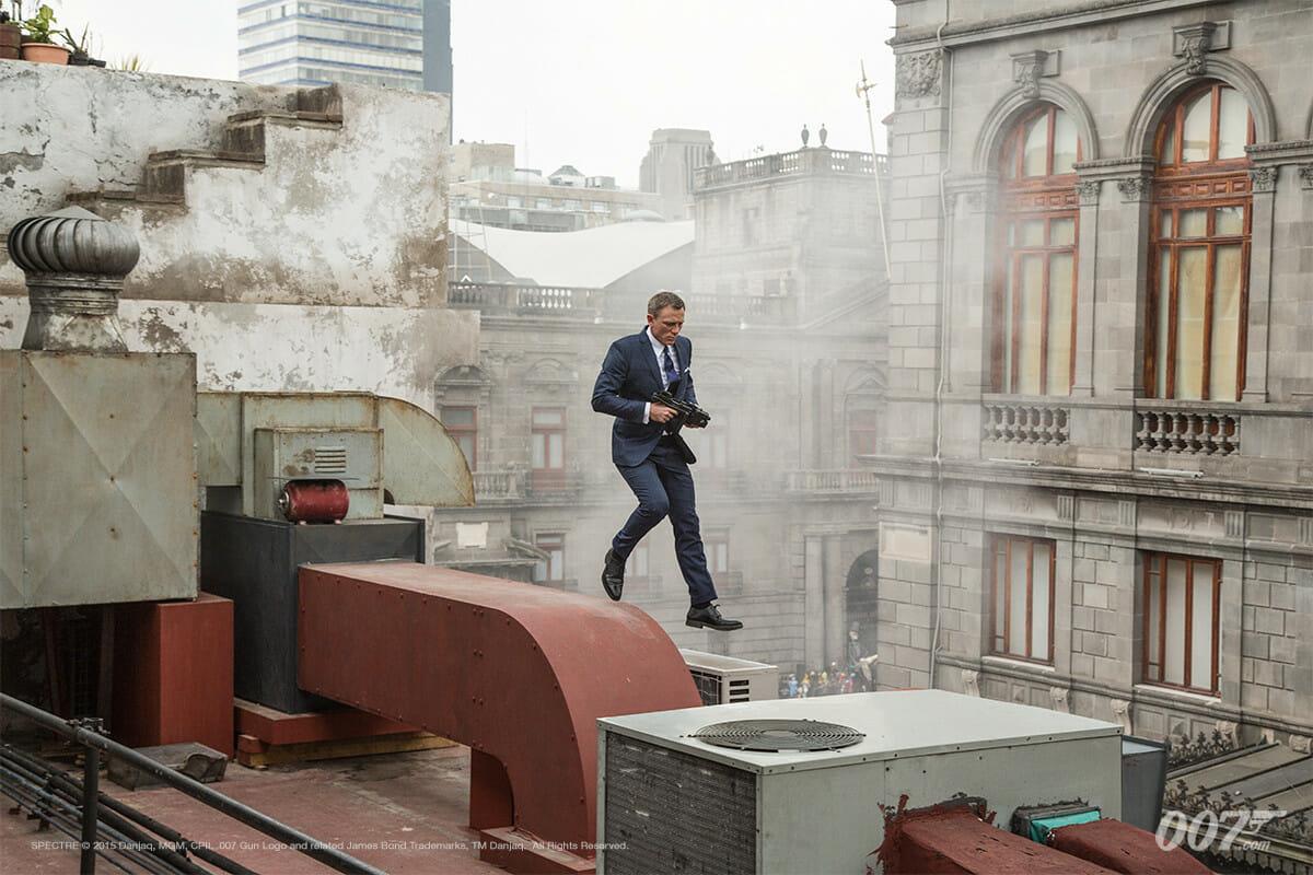 James Bond w garniturze księcia Walii
