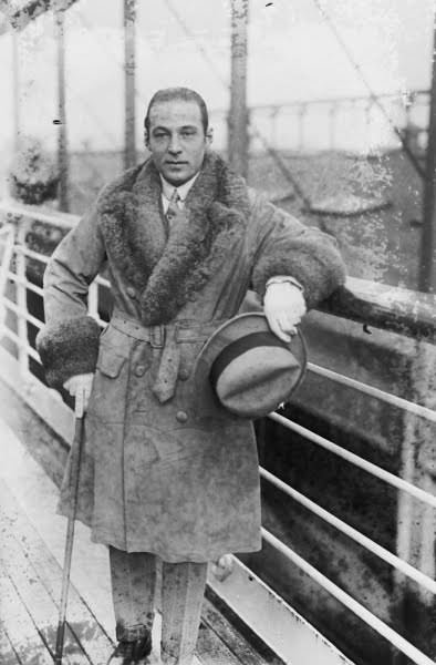 Rudolf Valentino w płaszczu