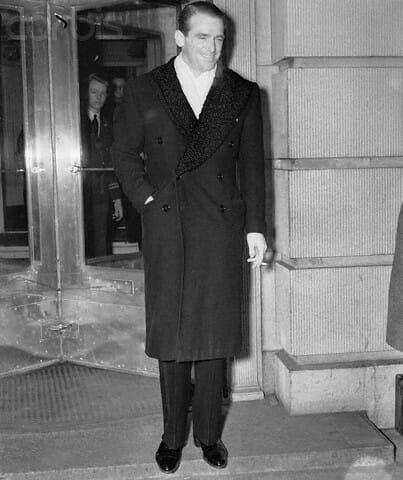Douglas Fairbanks Jr w płaszczu