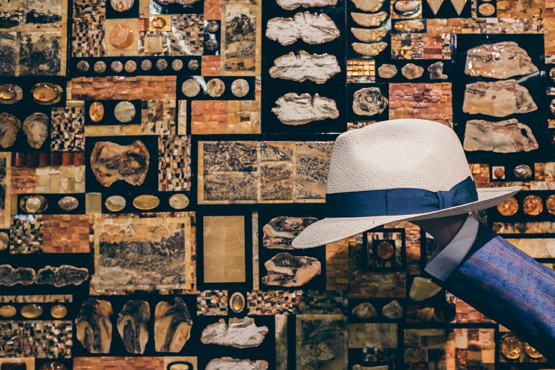 Kapelusz Panama na tle bursztynów