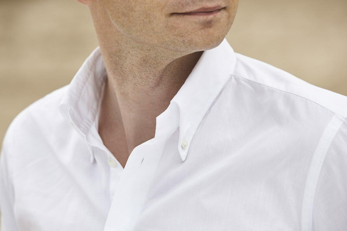 Kołnierzyk w białej koszuli button
