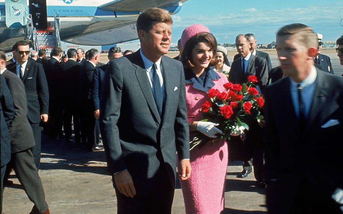 jackie-kennedy-pink-suit-airport