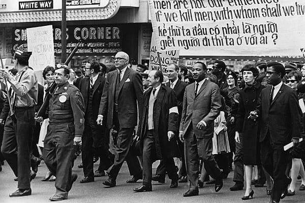 mlk-vietnam-march-chicago-1967-latimes
