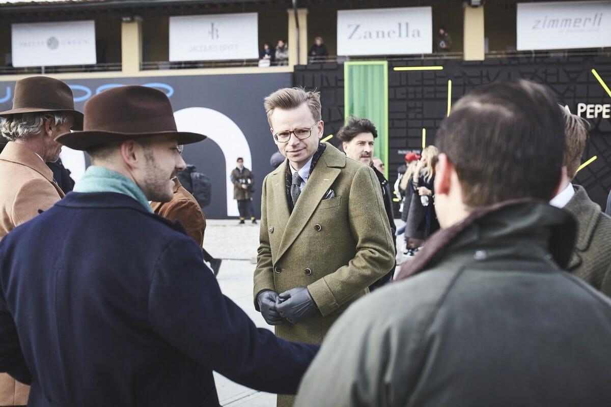 płaszcz w połączeniu z kapeluszem