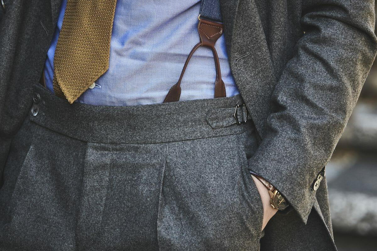 szare spodnie z podwyższonym stanem