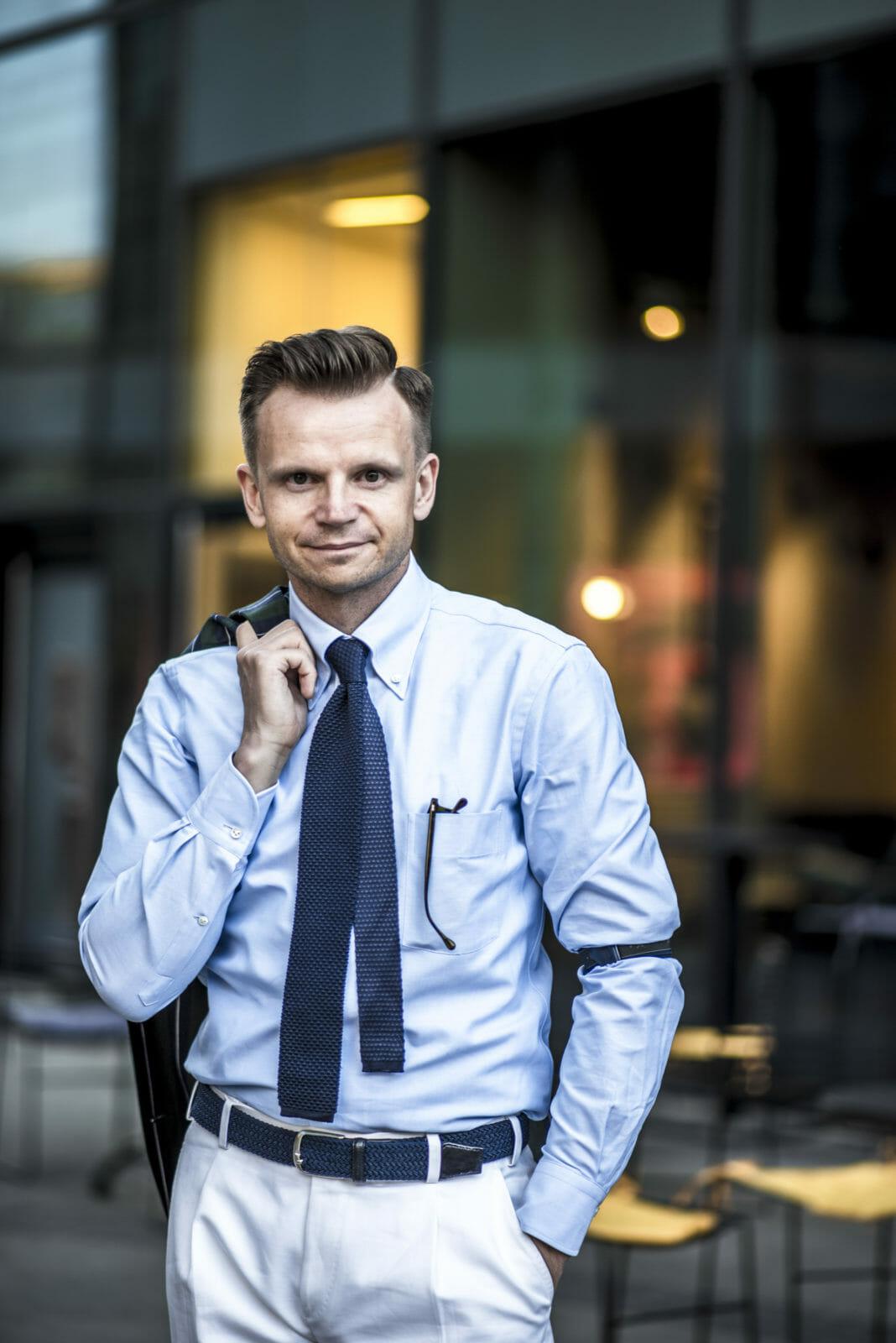 błękitna koszula z krawatem