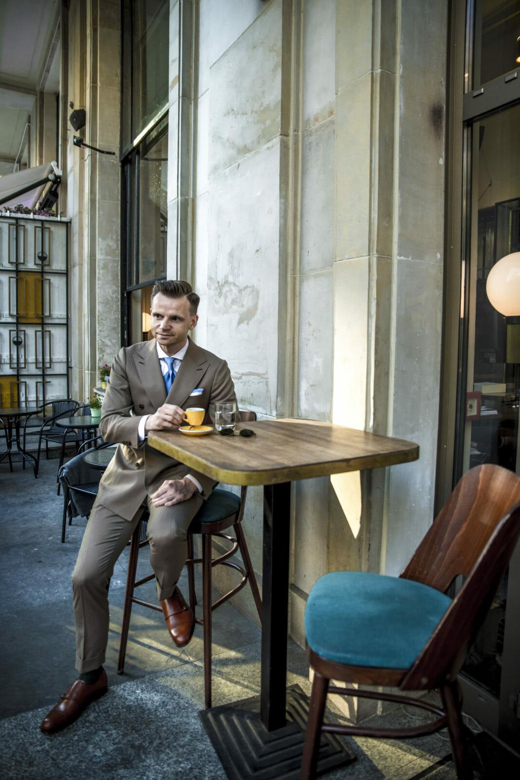 brązowy garnitur z niebieskim krawatem